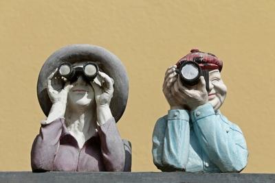 Zwei Personen beobachten die Bemühungen des BSV für faire IV-Gutachten.